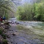 La senda discurre junto al río.