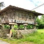 Horru asturianu (Hórreo: 4 pegollos + tejado 4 aguas ; Panera: + de 4 pegollos y tejado con caballete)