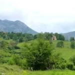A lo lejos El Palacio de Lodeña y detrás Sierra del Sueve