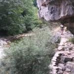 Tramo rocoso de la senda por el Río Dobra